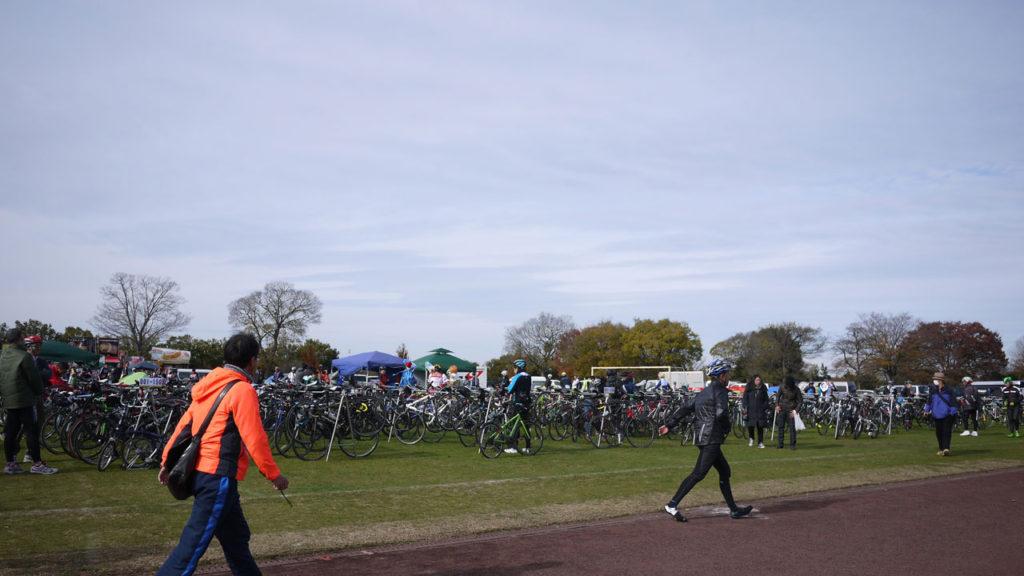 ワイズロードのスポーツバイクデモ当日の広場。凄い自転車の量。