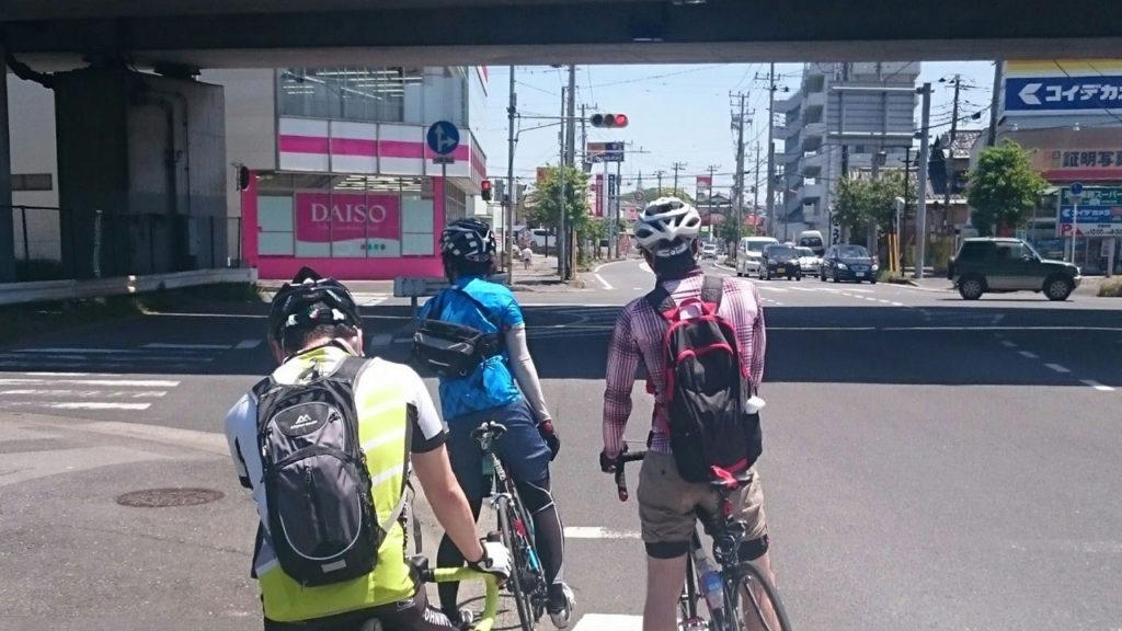 信号からのスタートが遅いと言われるロードバイク