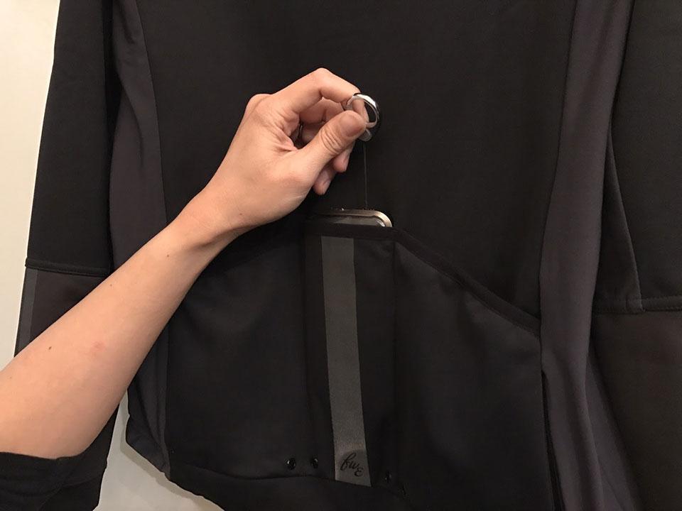 背面のポケットは珍しく中央が狭いタイプ