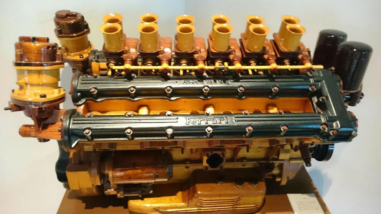 芦ノ湖テラスのレストラン内にあるエンジンの模型(木製)