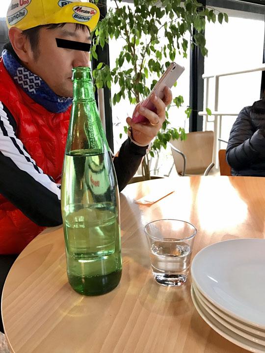 芦ノ湖テラスのレストランで瓶に鼻水を溜めるトリックアートをする44歳
