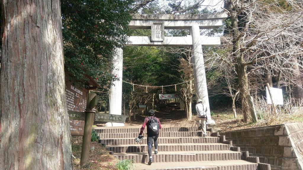 金峰山神社へと続く坂道