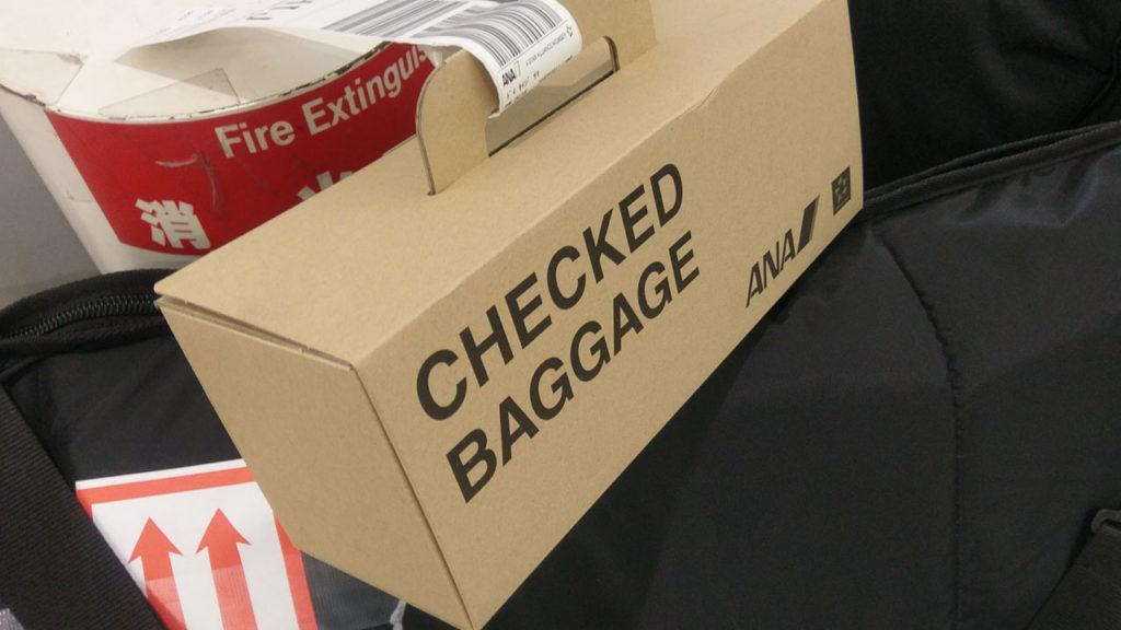 預けた荷物はこんな箱に入れられてベルトコンベアーで出てくる