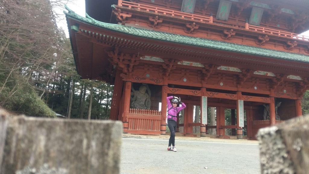 ジョジョ立ちの門! ここの手前を右折すると金剛峯寺方面へ。