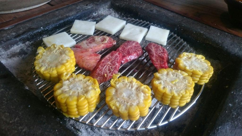 炭火でいただきます。肉以外も下味がついてて美味しい。