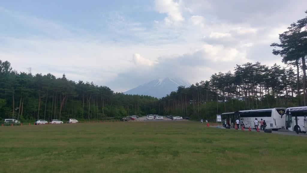 富士ヒル 前日エントリー用の駐車場。ここから送迎バスが大量に出ている