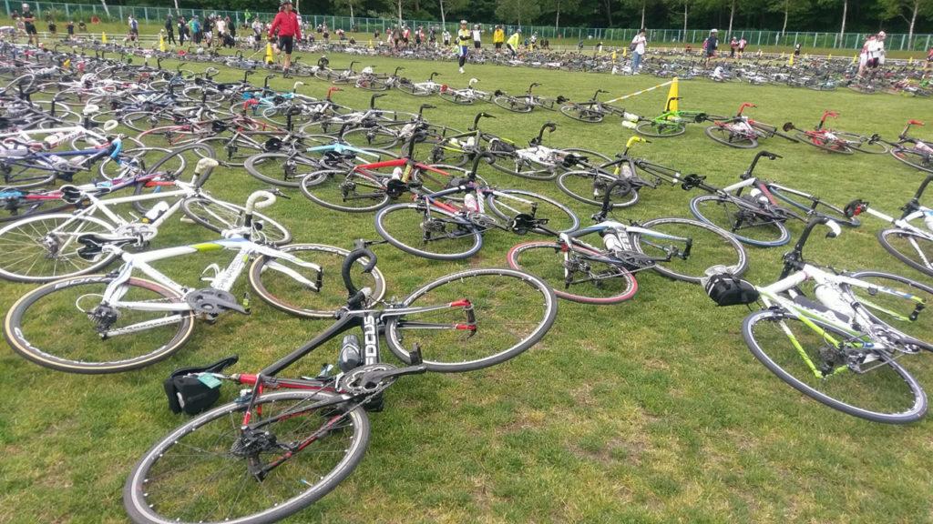 ゼッケンナンバーごとに並べられた自転車
