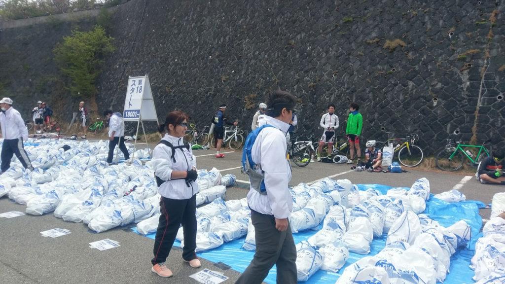 富士ヒル 五合目での下山荷物の回収