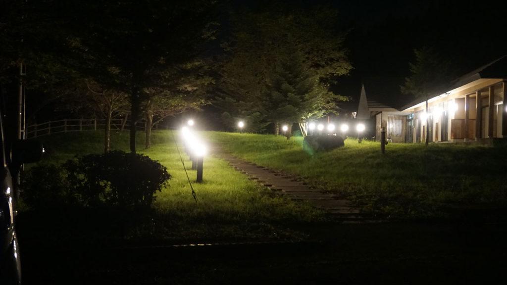 ライトアップされた宿「風のひびき」の写真。