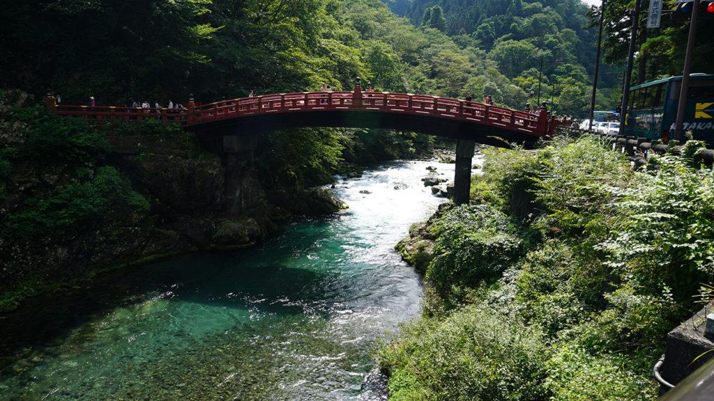 東照宮前の橋。川の水の透明度にも驚き