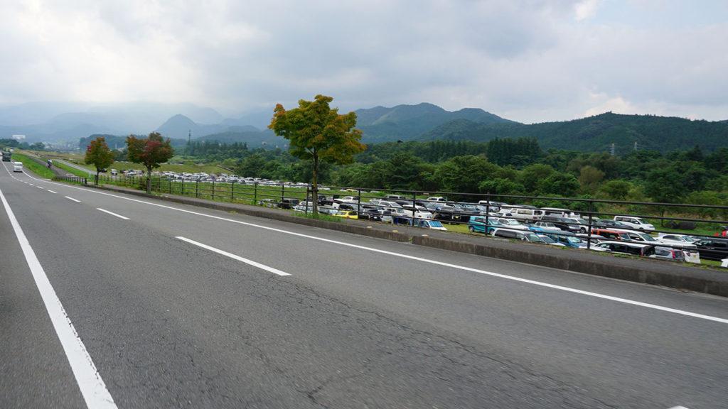 右側に見えるのが駐車場。1kmくらいずっと駐車場が続いてました