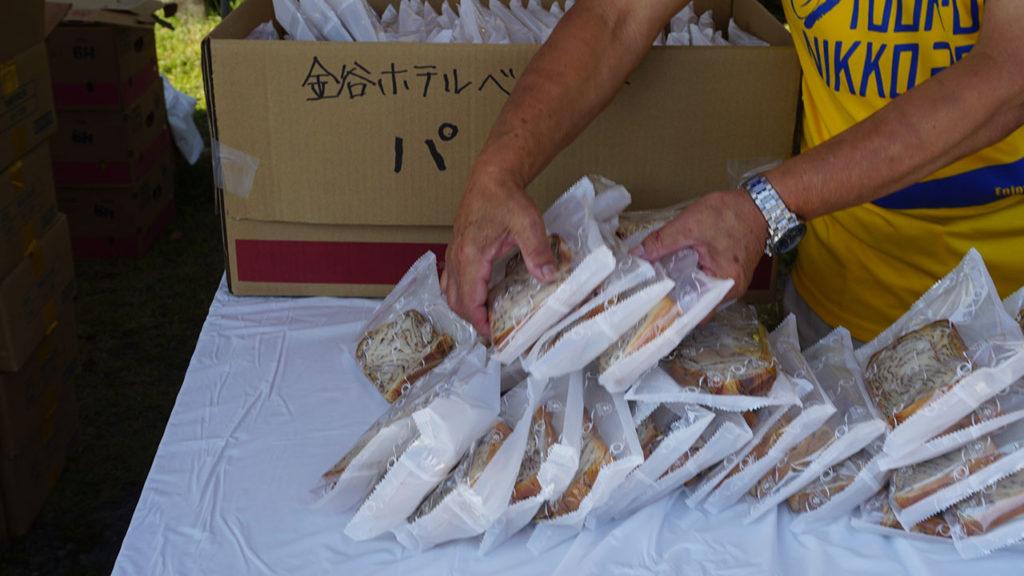 第1エイドでの金谷ホテルベーカリーのパン