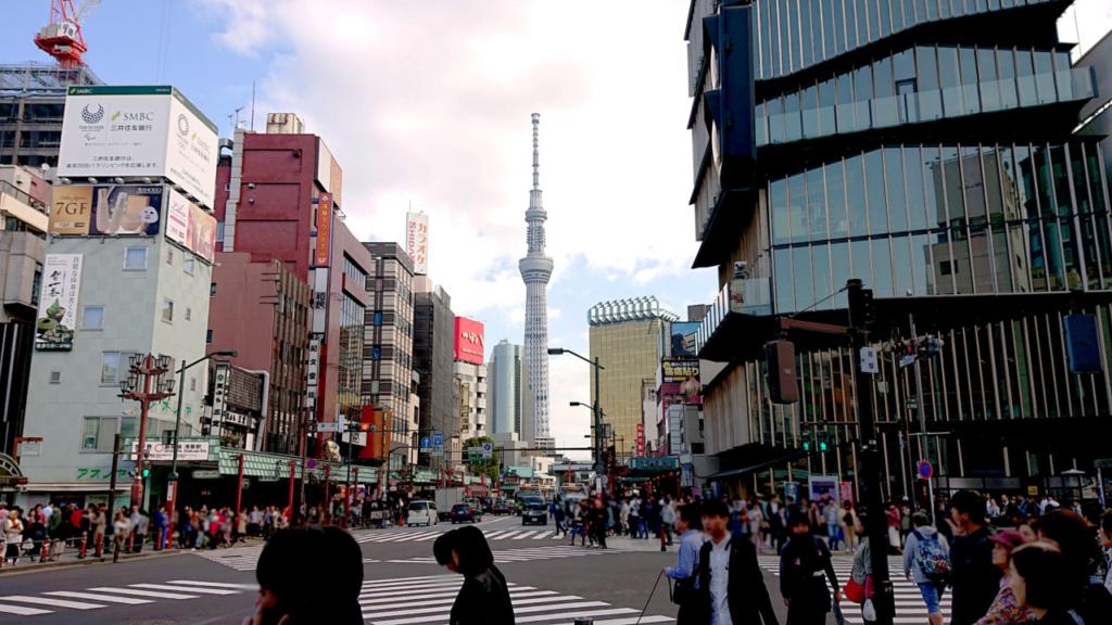 雷門を浅草駅以外の方向から見る