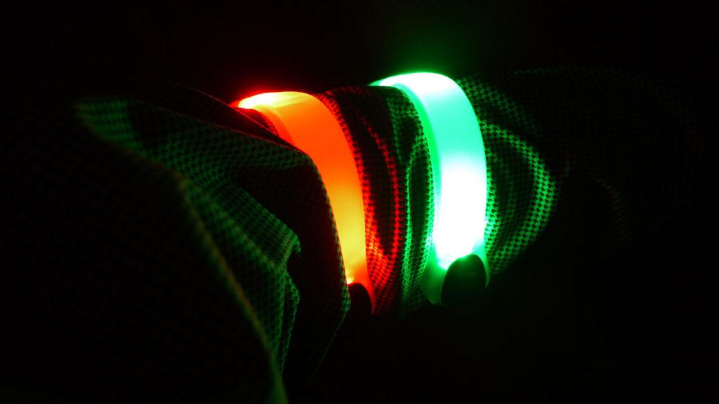 腕に付けたところ。夜の走行は光り物はある程度増える分には安全性が高まって良さそうですよね