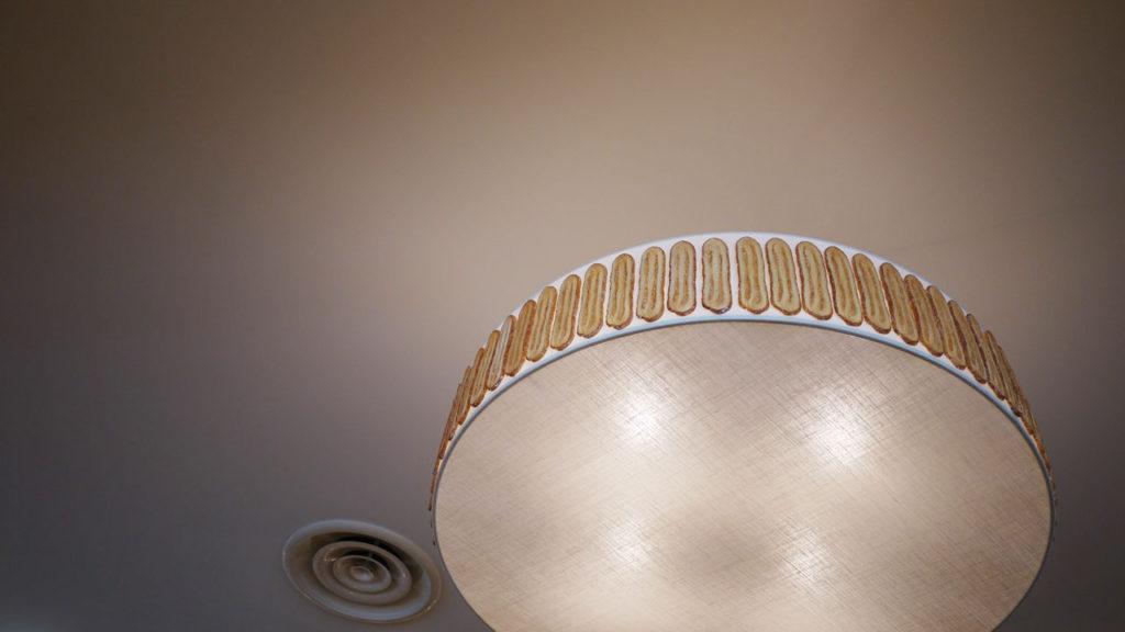 カフェの天井の照明もうなぎパイ
