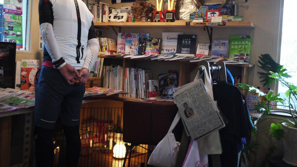 店内には自転車雑誌やサコッシュやジャージなどのアイテムを販売