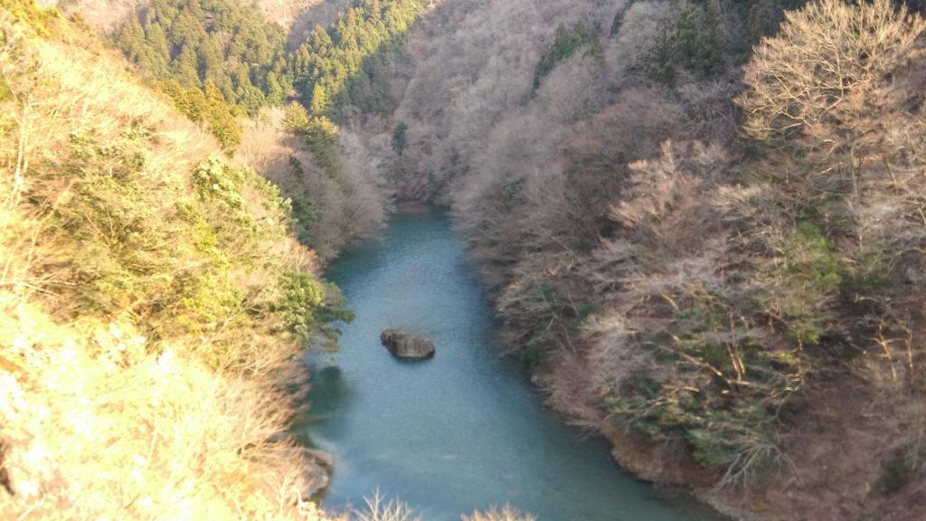 川の真ん中に岩。幻想的