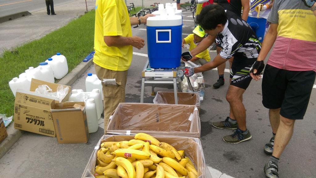 途中のチェックポイントではバナナとスポーツドリンクを補給