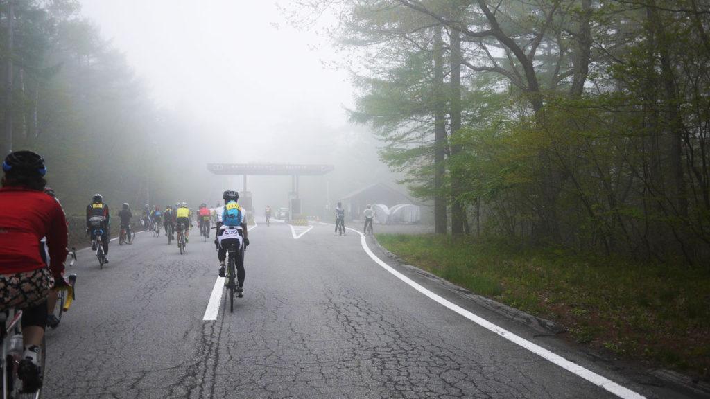序盤。霧の中の白糸ハイランドウェイ料金所。