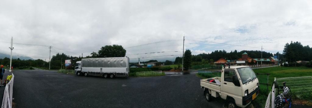 コンビニでの休憩シーン。右は晴れてるのに左は黒い雨雲が・・・