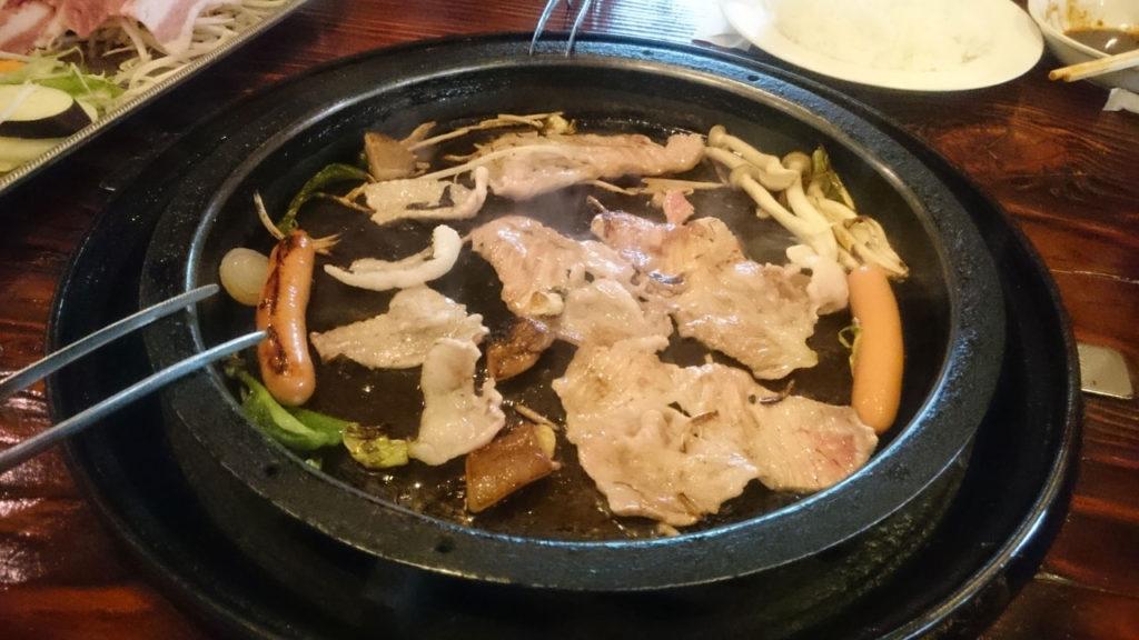 BBQはレストラン内の鉄板でやります