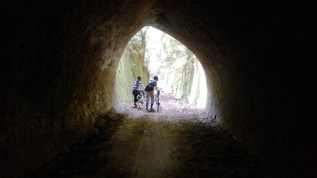 手掘りのトンネルが点在。実際に使用されている