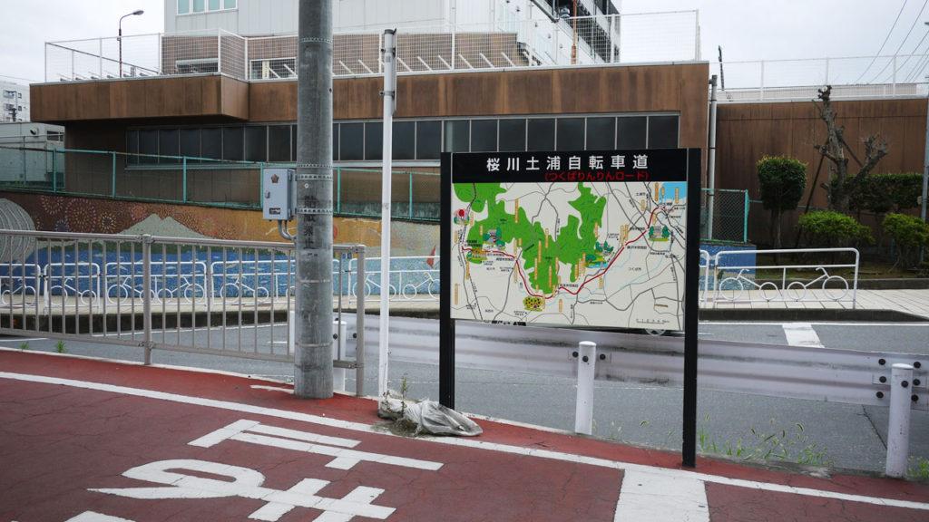 土浦駅西口を北に向かって走り右手のガードを無視してT時を右折するとその脇にあるのがりんりんロード!