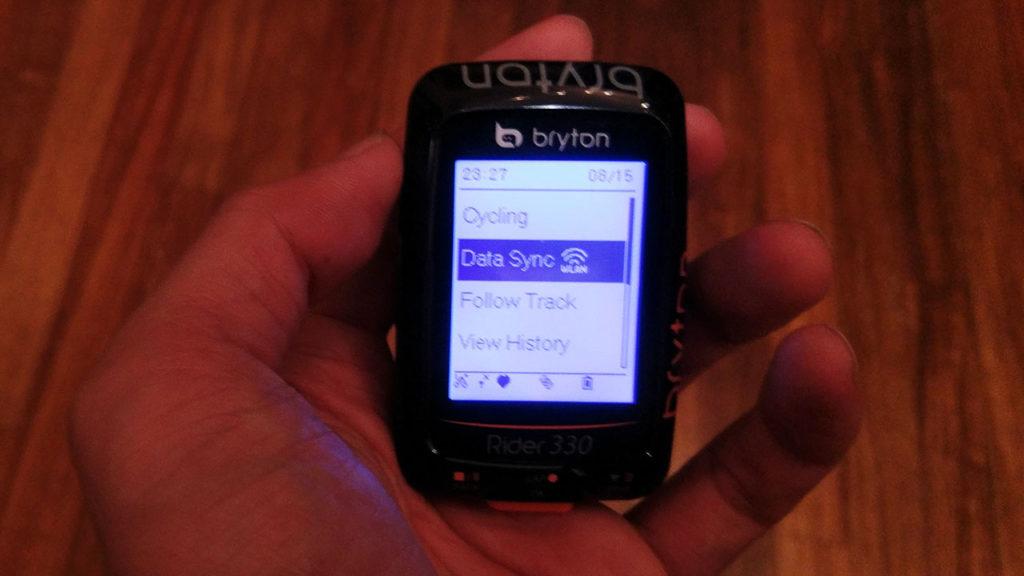 メニューのData Syncを選択するとWi-fi経由でStravaに自動でアップロード